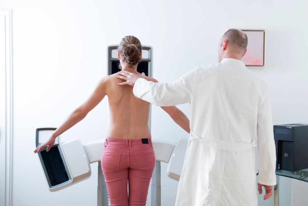Frau vor einem 3D-Kamerasystem für eine Brustvergrößerung