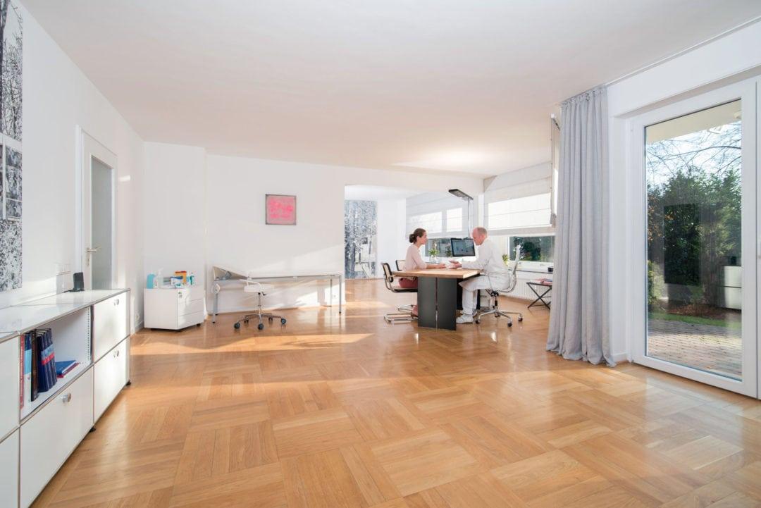 Dr-Behrendt-in-Patientengespraech-1