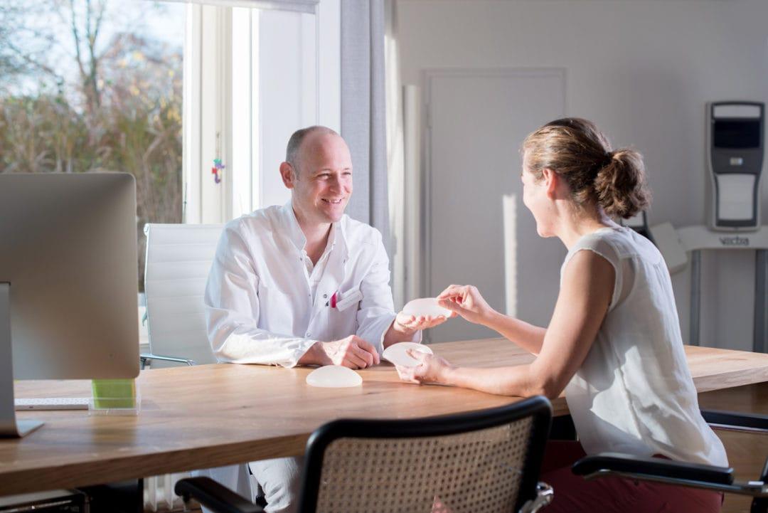 Beratungsgespräch zu Brustimplantaten mit Patientin