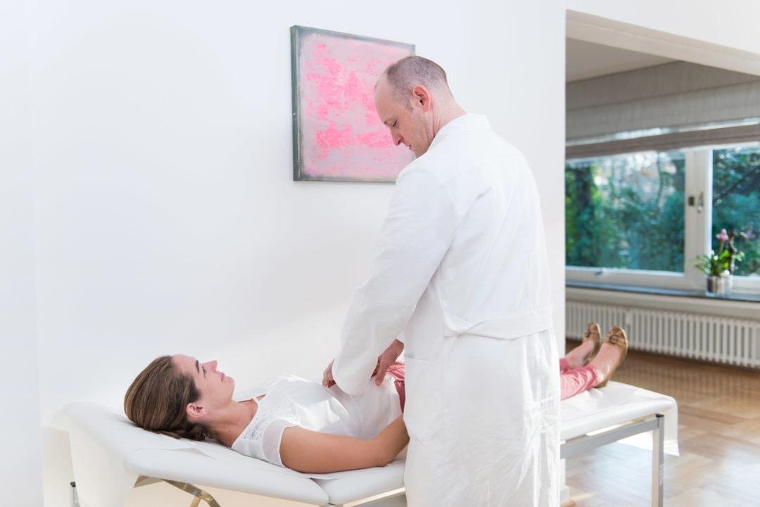 Patientin bespricht mit Dr. Behrendt die Brustoperation