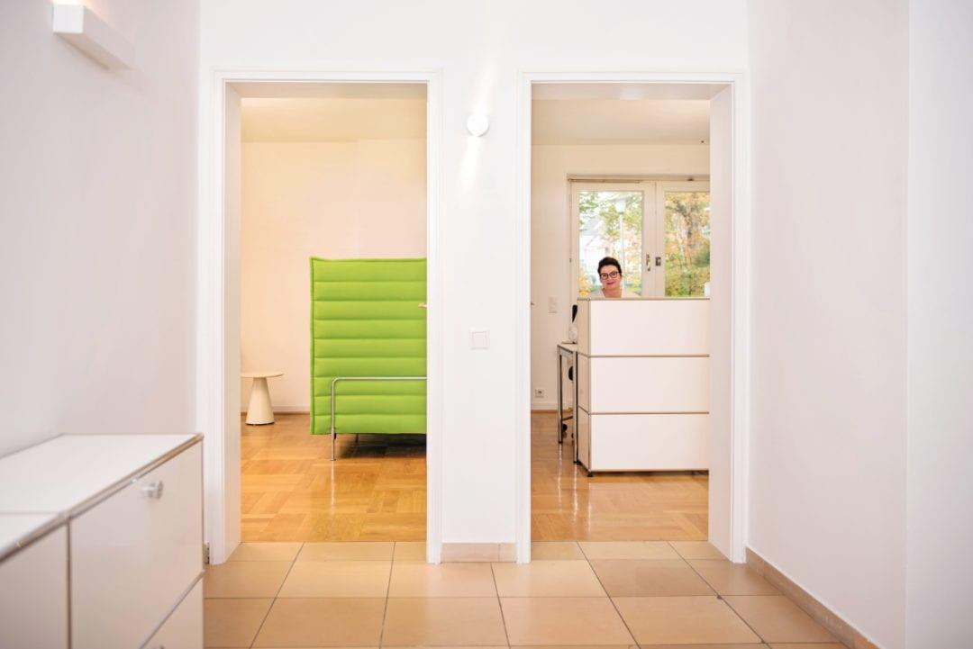 Blick vom Eingang zum Empfangsbereich und ins Wartezimmer in der Praxis Sentruper Höhe