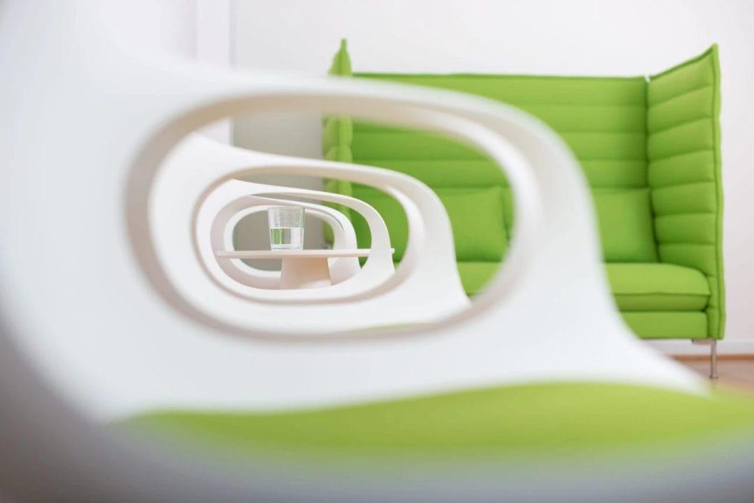 Nahaufnahme durch Stuhllehne im Wartezimmer der Praxis Sentruper Höhe skaliert